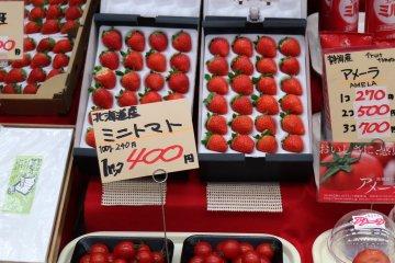 Свежая клубника, томаты, сгущенка