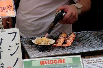 Купите свежих морепродуктов и ешьте прямо здесь