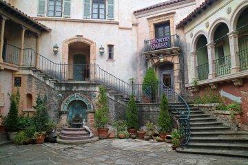 Фасады в европейском стиле создают сильный контраст с японским прибрежным городком