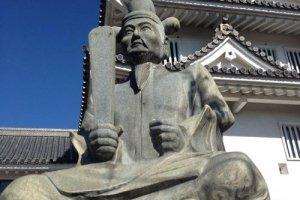 Một bức tượng của Hideyoshi đứng bảo vệ Thành Sunomata