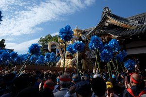 The float arriving to the shrine