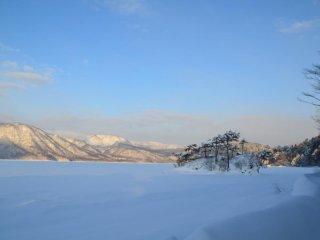 ทะเลสาบโทะวะดะในฤดูหนาว