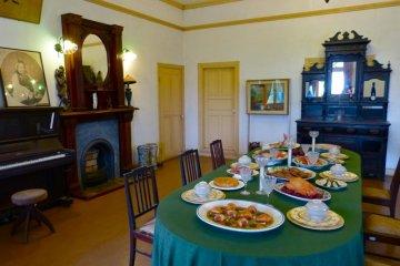 豪華な食事が並ぶダイニングテーブル