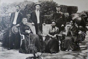 左から長男富三郎、妹マーサ、弟アルフレッド、長女ハナ、グラバー、富三郎の妻ワカ (長崎県立図書館蔵)