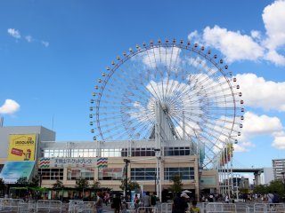 Tempozan Marketplace and Ferris wheel