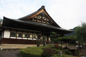 Un beau temple en bois