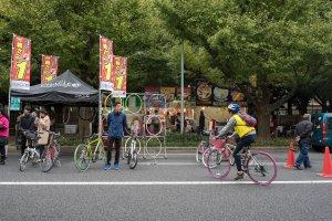 Pessoas a testar novas bicicletas