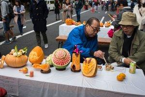 Esculturas de abóbora e fruta