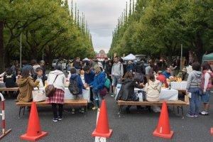 Pessoas em fila na rua para comer, rir e beber
