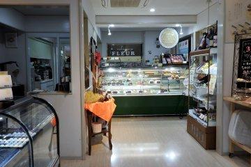 ลูกค้าสามารถชมการทำขนมได้จากห้องกระจกในร้าน