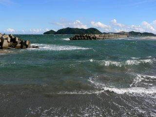 Des digues en béton protègent la plage