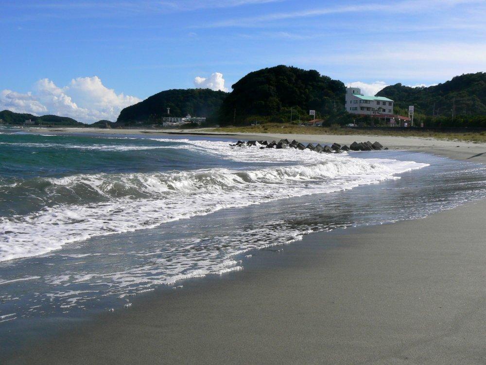 Les courbes de la plage d'un côté de la plage