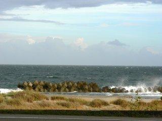 Những con sóng nhỏ đánh vào bức tường biển