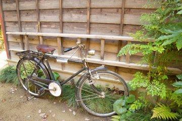 Здесь даже есть отцовский велосипед