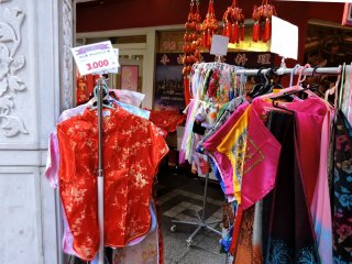 Quần áo sặc sỡ được bày bán