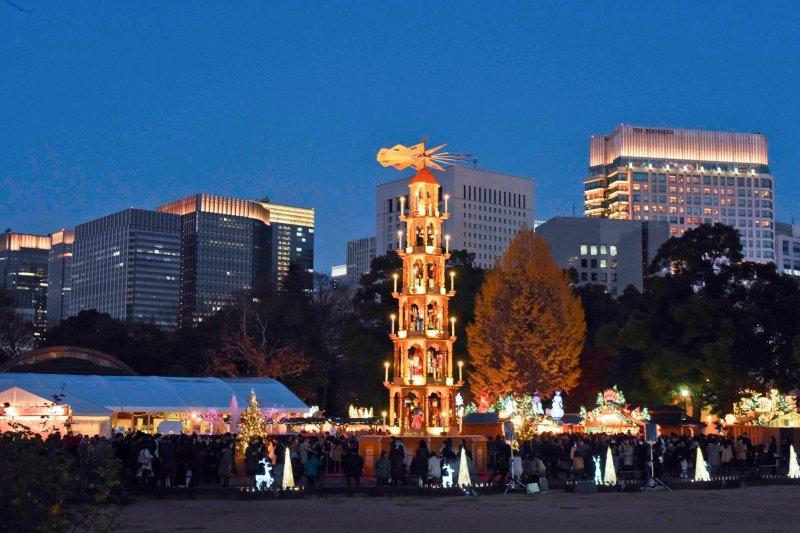 市集裡的聖誕燈塔