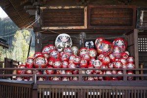 A pile of Daruma dolls
