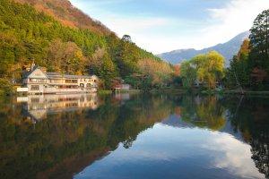 Màu sắc mùa thu và sự tương phản ấn tượng của hồ nước