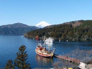 芦ノ湖に浮かぶ海賊船と遠景の富士
