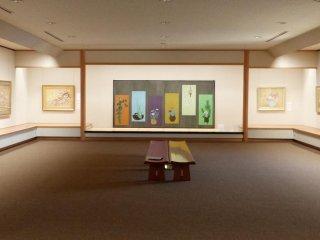 所蔵現代日本画を、年4期に分けて展示している