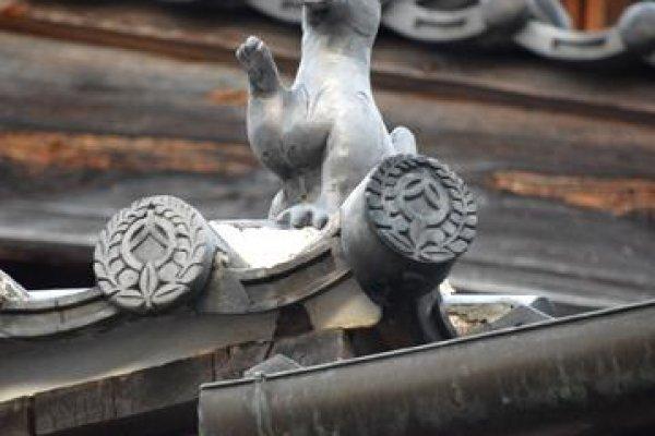 Mái ngói được trang trí công phu trên nóc Rạp hát Uchiko-za