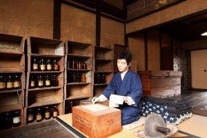 Tái hiện hình ảnh một dược sĩ ở Bảo tàng Cuộc sống nội địa và Thương mại