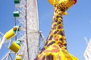Une girafe en Lego à l'extérieur du musée Lego !