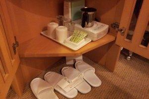 รองเท้าแตะและน้ำชาแบบมาตรฐานในโรงแรมญี่ปุ่น