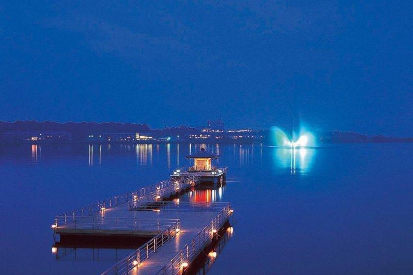 น้ำพุในทะเลสาบชิบะยามากาตะจุดไฟสว่างในเวลากลางคืน