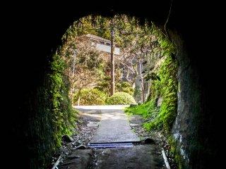 Cet étroit tunnel conduit à une zone résidentielle calme