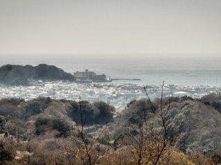 En regardant vers la plage Yugahama