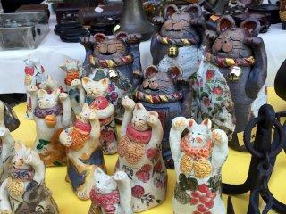 "De nombreux maneki-neko, ou ""chats qui saluent"""