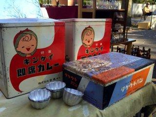Des boîtes qui contenaient autrefois des sachets de curry Kinkei, servi comme MRE (Meal Ready-to-Eat)