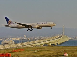 関西国際空港で着陸態勢に入る飛行機