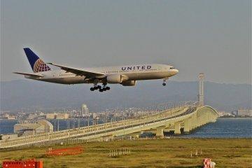 간사이 국제 공항에서 비행기 착륙