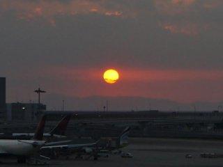 関西国際空港展望デッキ「スカイビュー」から眺める夕陽
