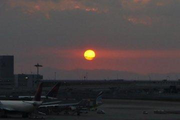 간사이 국제공항 스카이 뷰에서의 일몰. 공항