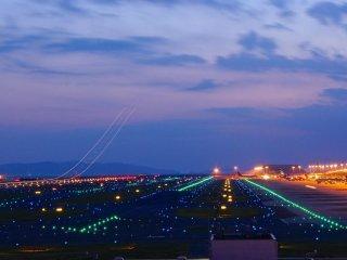 関空を飛び立つ飛行機が残す光の軌跡