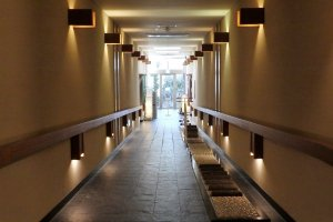 Hall, with foot massage walking path, leading to the onsen