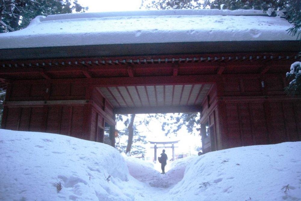 Start your winter walk at Zuishin Gate in Toge Village