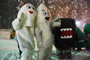 Taiki-kun and Muhyoko-chan, Zao Onsen's mascot couple, are posing with Domo-kun, an NHK BS character