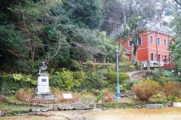 Мемориальный музей Зибольда в Нагасаки - маленький сад напротив двухэтажного здания