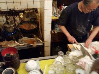 Đầu bếp và nơi làm việc của anh ấy