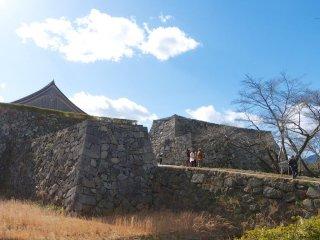 Cổng thành bằng đá dẫn vào thành cổ Sasayama