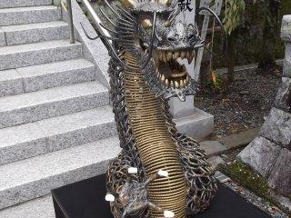 The unusual chain link metal dragon