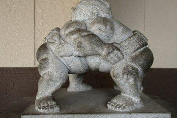 兩國站外的相撲選手雕像