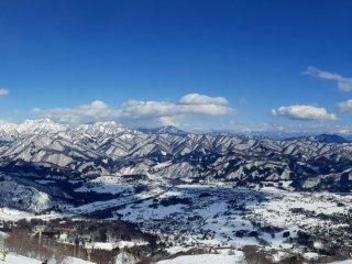 Nhìn toàn cảnh từ quầy bar ở sân hiên trên đỉnh núi.
