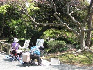Wanita-wanita sedang melukis
