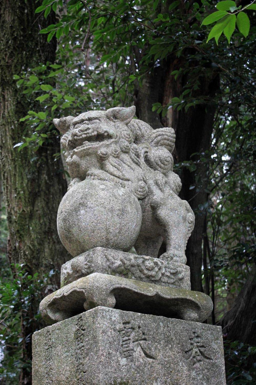Первый каменный лев, который приветствует вас по дороге вверх