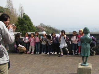 Anak-anak yang sedang berwisata